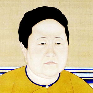 Three-quarter-view painting of the head of a woman with black hair, small eyes, thin eyebrows, a chubby face, a double chin, and three partially visible yellow hoop earrings on her right ear. She is wearing a yellow garment with a blue-edged round collar, whose folds are fastened together by a small, round, pale-yellow button.