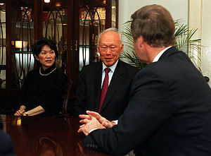 Ambassador to the USA Chan Heng Chee, Lee Kuan Yew, and US Secretary of Defense William Cohen in a room