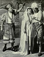 From left to right: Giuseppe De Luca (Zurga), Frieda Hempel (Leila) and Enrico Caruso (Nadir), in the New York Met 1916 production