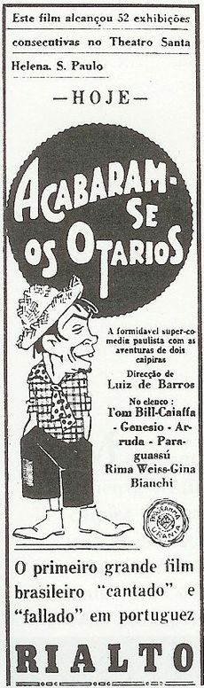 Movie poster featuring an illustration of a goateed man wearing a straw hat, plaid shirt, short polka-dotted tie, short pants, and boots. The accompanying text is in Portuguese.